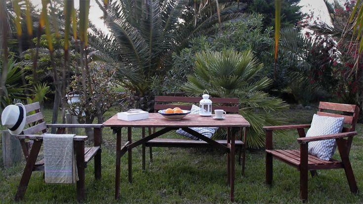 Mesa en el jardín de la casa rural entre Zahara de los Atunes y Barbate
