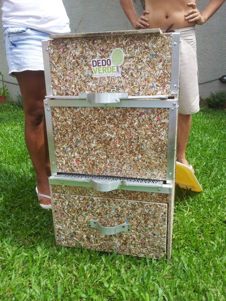 Diseñada para ser usada en espacios reducidos. Brinda las mejores condiciones para que los residuos orgánicos se transformen en compost, tal como sucede en la naturaleza.