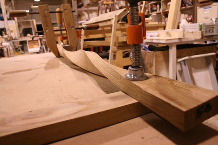 """Image de torsion du bois par pression. Une unique plaque de bois est """"essorée"""" sur elle même pour lui donner du mouvement"""