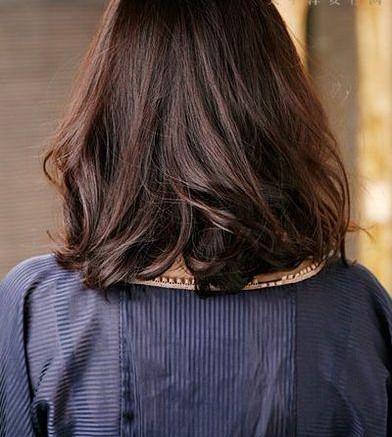 Korean Medium Hairstyles with Wavy Hair for Women in Summer
