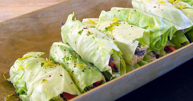 Krämig röra på kyckling, kvarg och örter i wraps av vitkålsblad. Servera som mellis eller som en lättare lunch.