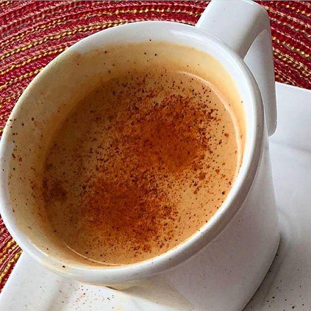 Cappuccino paleo (insta @danybettyboop). 100ml leite de coco caseiro. 1cc cacau. Canela a gosto. 50ml de café ou 1 café expresso. Aqueci o leite de coco por 30seg, adicionei o cacau e a canela e coloquei o café por cima. Misture mais um pouquinho com uma colher, adoce a gosto e pronto!