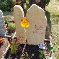 Zweiteiliger Urnengrabstein mit Glaseinsatz