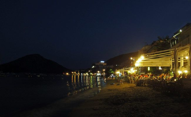 Waterfront dining at Akrogiali Taverna in #Tolo, a very popular summer holiday resort only a short-distance from #Nafplio in the #Peloponnese, #Greece