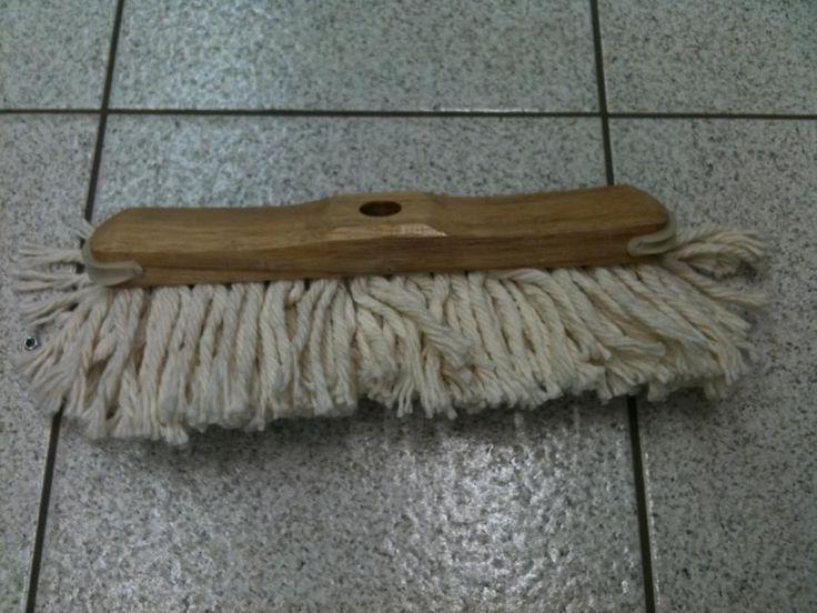 Zwabber. Om de linoleumvloeren op de slaapkamers van het stof te ontdoen.