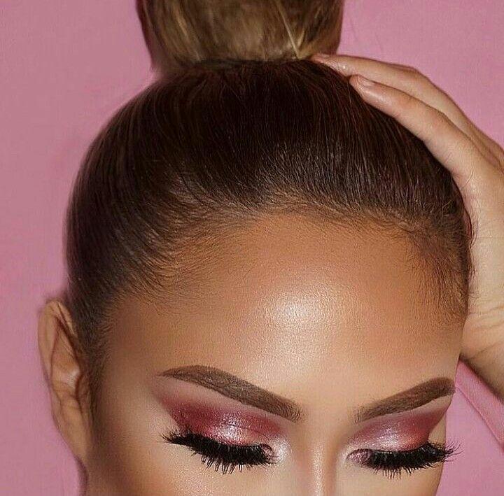 Un maquillaje hermoso en tonos rosados con sombras satinadas y a la vez no con un delineado sutil en negro, iluminacion en el lagrimal y pestañas postizas
