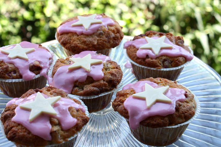 Muffins med rabarber, hvid chokolade og mandler | Sarahs Kager