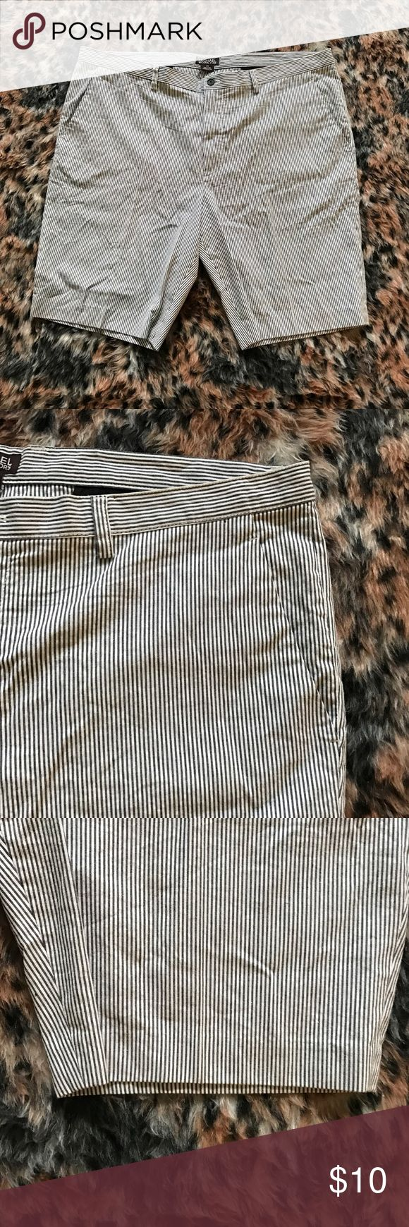 Michael Kors Pin Stripe Bermuda Chino Shorts A gently used black and white pin striped pair of bermuda shorts by Michael Kors in a size 40.   ✨ Ask me about free shipping! 💕 Always ships within 2 business day 🚫 I do not trade MICHAEL Michael Kors Shorts Cargo