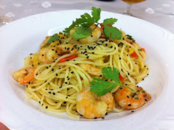 Espaguete com camarão, manga, pimentão vermelho, coentro e gergelim