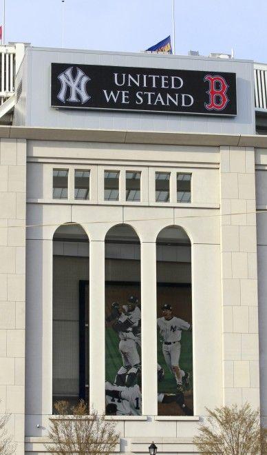 Sono arcirivali nello sport, ma dopo la tragedia dell'attentato alla maratona di Boston, i New York Yankees hanno mostrato tutta la loro solidarietà ai Red Sox, squadra-bandiera della città colpita. Fuori dallo Yankee Stadium, prima della partita con gli Arizona Diamondbacks, è