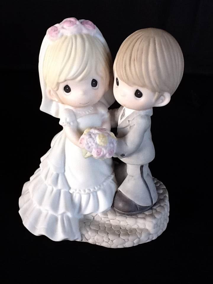 Noivinhos bolo de casamento. Segurando o bouquet.