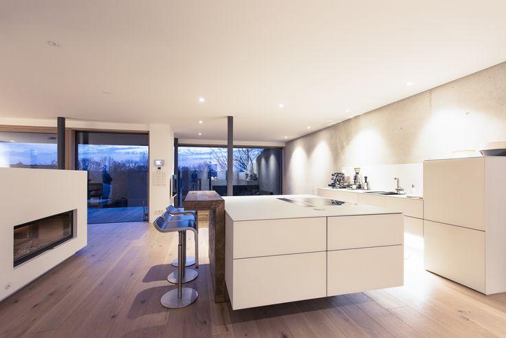 Eine Traumküche im Münchner Süden. Die Küche mit Glasfronten kombiniert mit Altholz und Beton. Eine moderne Küche zum Wohlfühlen ! Get Inspired, visit: www.loft78.com  #interiordesign #interior #interiors #house #home #design #architecture #decor #homedecor #luxury #decor #love #follow #archilovers #casa #loft78 #individuell #ideen #planung #inneneinrichtung #beton #concrete #innenarchitektur # #rosenheim #münchen #küche #kitchen #insel #ideen #glas #holz #altholz