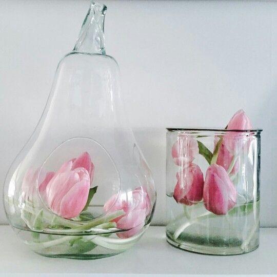 Tulpaner i olika glas.