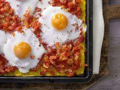 Polenta-Pizza auf mexikanische Art - mit scharfer Paprika-Salsa und Ei - smarter - Kalorien: 310 Kcal - Zeit: 45 Min. | eatsmarter.de