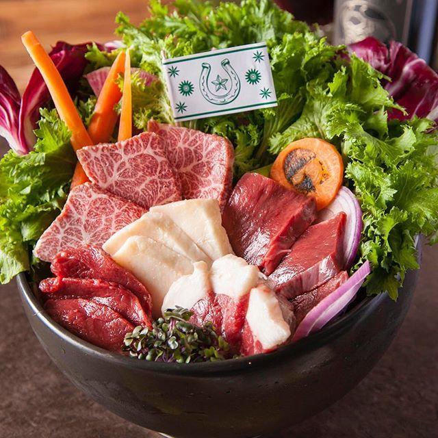 明日は、10月29日(日)です🎉肉の日絶賛予約受付中🎃💫 . 毎月29日は「肉の日」キャンペーンを実施‼️ ランチからディナータイムまで一日を通してお楽しみいただける内容となっております🐴🔥🔥 ※今回、10月29日は日曜日ですので、肉の日キャンペーンはディナーのみとなります。次回、11月29日(水)はワンコインランチ提供あり。 . 【ディナータイム キャンペーン概要】 全6種類にも及ぶ看板「馬肉メニュー」が最大79%OFF‼️ 目玉の馬肉の2ポンドプレートは5,000円以上の値引きとなります👻 . ⭐︎キャンペーン1⭐︎全部のせ!馬肉の2ポンドプレート 8,290円→2,900円(65%OFF) . <利用条件> ・限定3食。 ・3名様~予約必須。 ・SNSフォロワー様限定。 ※他キャンペーンメニュー注文不可。 . ⭐︎キャンペーン2⭐︎馬肉の1ポンドステーキ 3,980円→829円(79%OFF) . <利用条件> ・限定3食。 ・3名様~予約必須。 ・SNSフォロワー様限定。 ※他キャンペーンメニュー注文不可。 . ⭐︎キャンペーン3⭐︎ローストホース…