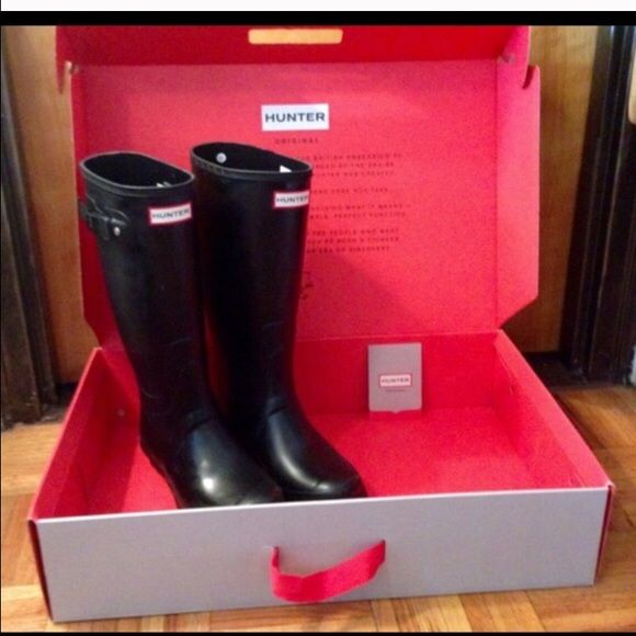 """Hunter Huntress Boots Matte Black Hunter Huntress Boots Size 7. These boots are in new condition. They are beginning to """"bloom"""" a little. I will prove more pictures as requested. Thanks for looking. Make me an offer! Hunter Boots Shoes Winter & Rain Boots"""