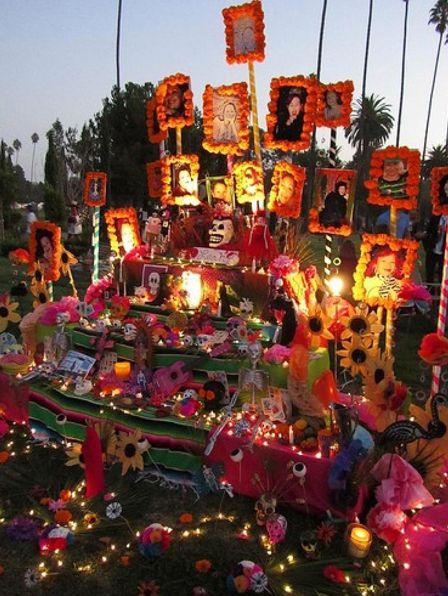 Es una tradicion en mexico celebrar a nuestros difuntos en el dia de muertos.. se ponen altares en su honor ya sea con su bebida favorita y la comida que,ellos preferian en vida.. se,colacan fotografias de nuestros familiares difuntos y flores honrrandolos asi en su dia con velas y arreglos multicolores una tradicion que tenemos en Mexico.