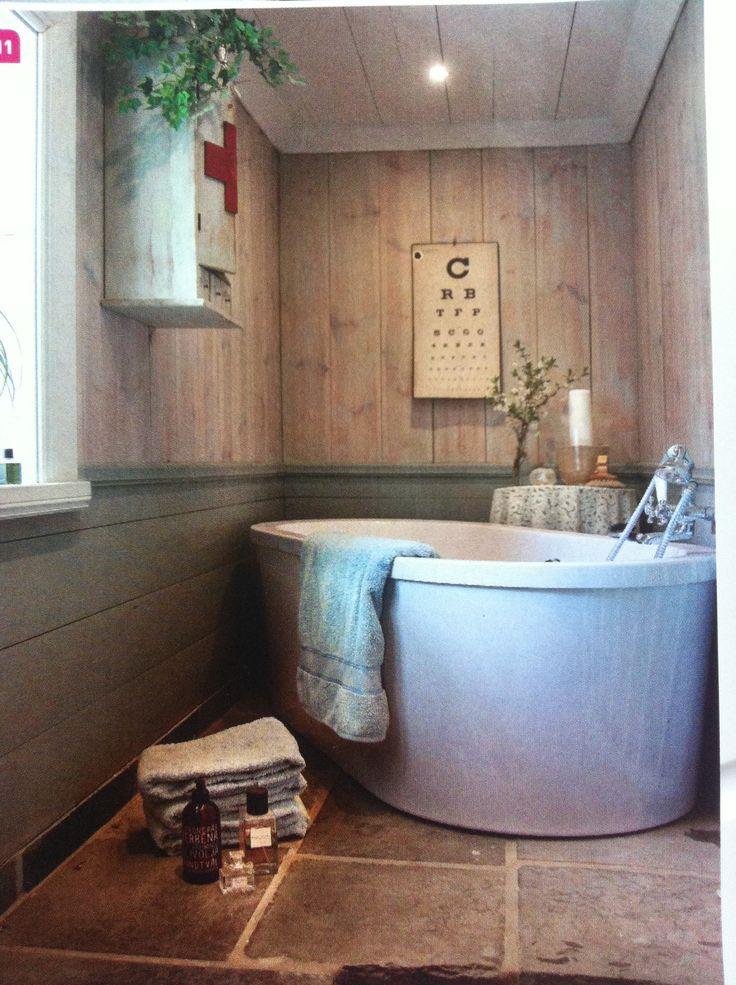 Vackert badrum. Natursten på golvet. Träpanel på väggarna. Charmiga detaljer