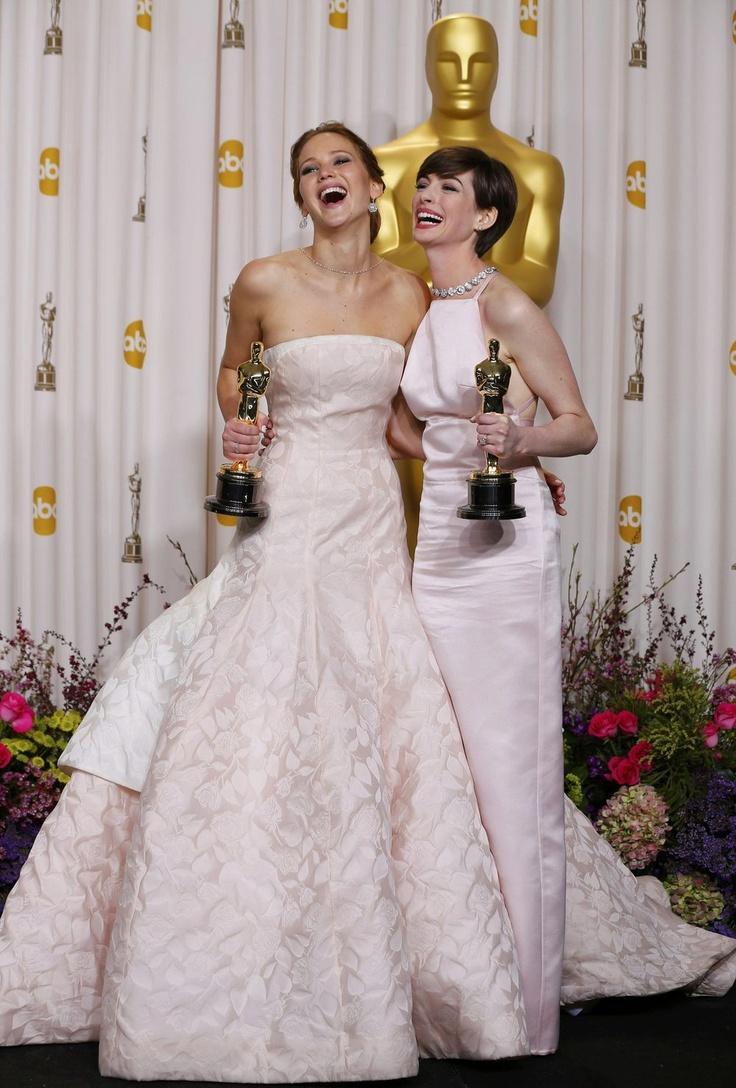 """Jennifer Lawrence (Oscar de la meilleure actrice pour son rôle dans """"Happiness Therapy"""") et Anne Hathaway (Oscar du meilleur second rôle pour """"Les Misérables). Tout le compte-rendu et le palmarès de la soirée des Oscars 2013, qui s'est tenue le 24 février à Los Angeles >> http://lemde.fr/X5KdPR Photo Reuters / Mike Blake"""