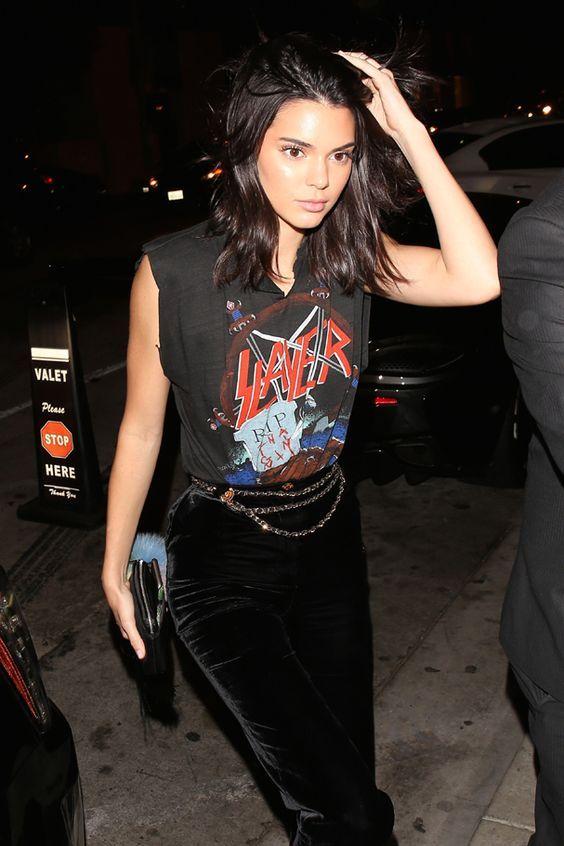 Blusa, t-shirt de banda, calça de veludo, cinto de correntes, Kendall Jenner