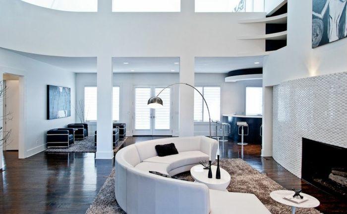 wohnzimmer couch gebogenes design beiger teppich kamin