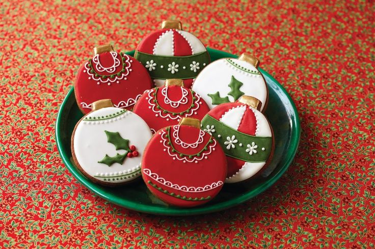 Christmas cookies that are as beautiful as they are delicious!  Great to use as gifts!  #Christmascookies #cookies #FoodieFiles Pin it to Save it!
