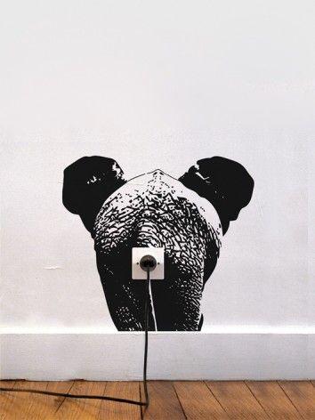 Deze Zoo Elphant muursticker geeft je stopcontact een leuke extra! Creatief design van ontwerper Adrien Gadre dat ma