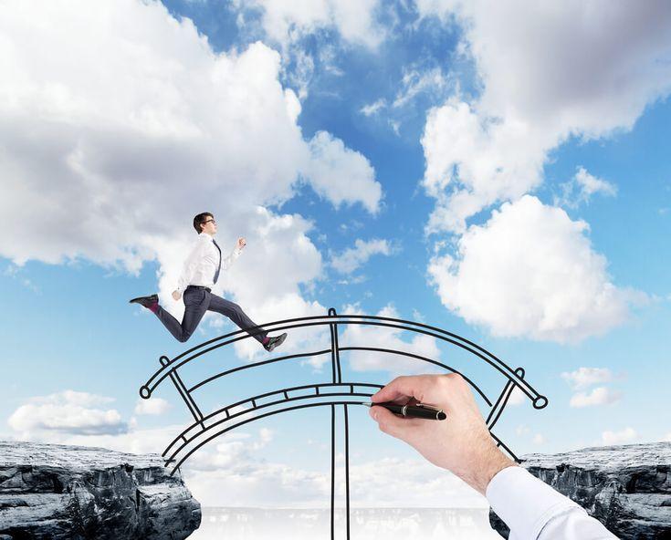 Com a crise política refletindo na economia, empresas reajustam os quadros de…