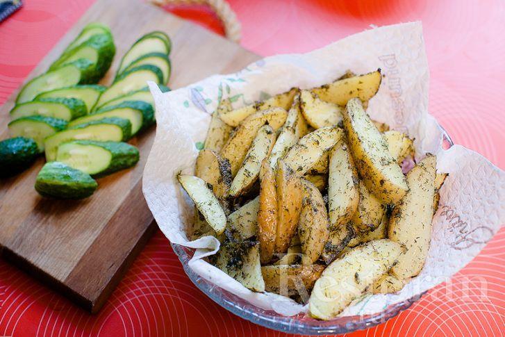Еще один популярнейший рецепт гарнира - картофель Айдахо. Это картофель в кожуре, нарезанный дольками, слегка отваренный и потом запеченный в ароматной смеси из масла, чеснока и трав. Прекрасен на гарнир или к закусочному столу, например к пиву.