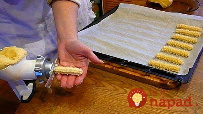 Výborný nápad na strojčekové cesto z pudingu. Ja ho používam aj na prípravu vianočných rožtekov a sušienok. Je lahodné a vonia po vanilkovom pudingu!  Potrebujeme:  500 g hladkej múky    250 g palmarínu    125 g masla    250 g práškového cukru    200 g