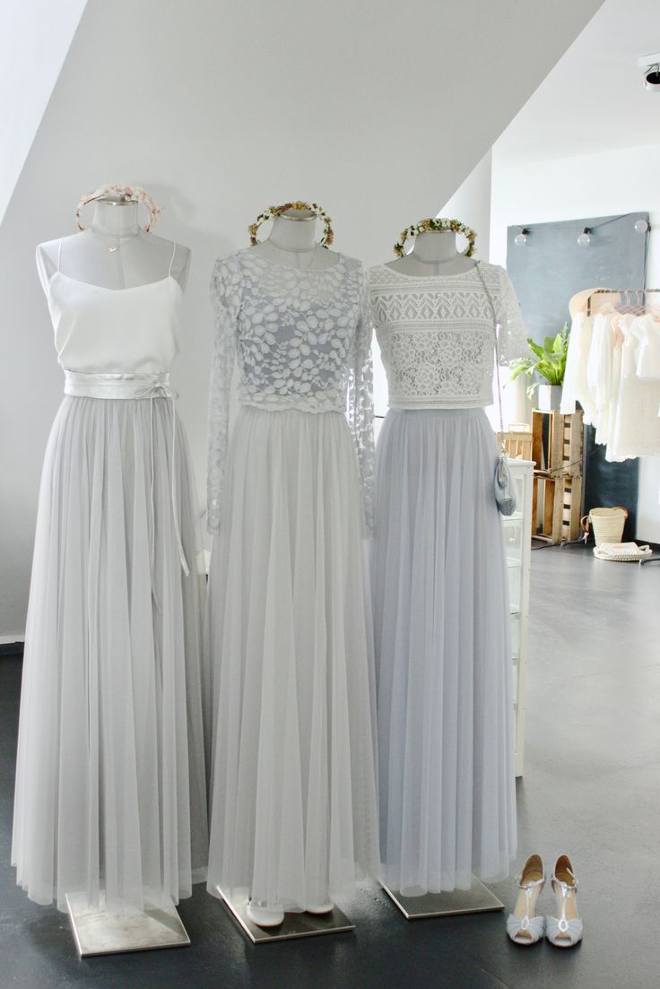 Brautkleider mit fliessendem Soft-Tuell in Grau, Silber und Hellblau, für eine …