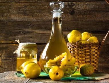 Quitten sehr klein schneiden und mit Schnaps, Zimt und Zitrone in ein Gefäß füllen und 6 Wochen an einen sonnigen Platz stellen. Mehrmals