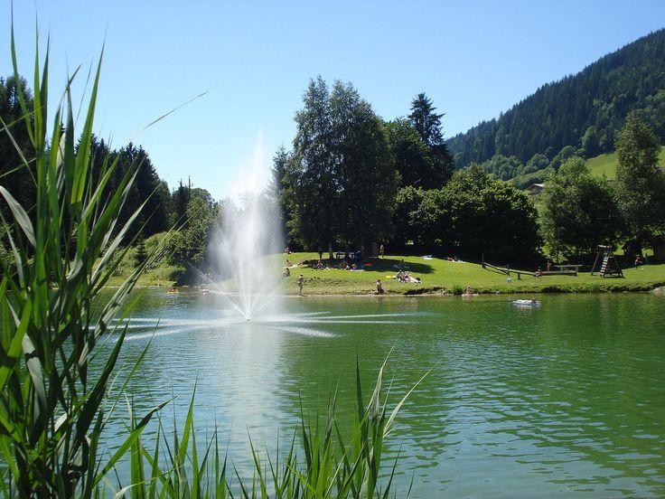 Lago na vila de Flachau, estado de Salzburgo, Áustria.