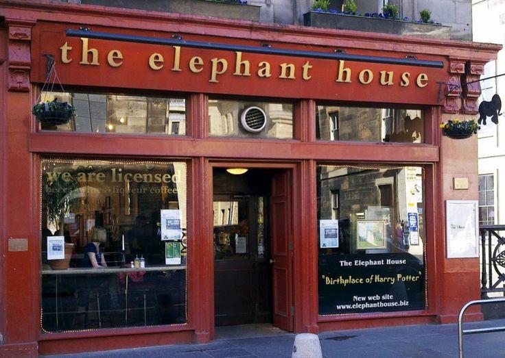 The Elephant House, à Edimbourg, en Ecosse C'est ici que J.K Rowling aurait écrit une bonne partie du premier tome de Harry Potter. A l'époque, elle était mère célibataire, fauchée et elle n'imaginait pas du tout que sa petite histoire de sorcier à lunettes allait envoûter le monde moldu.