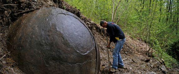 Μυστηριώδης λίθινη σφαίρα βρέθηκε από αρχαιολόγο στη Βοσνία-VIDEO