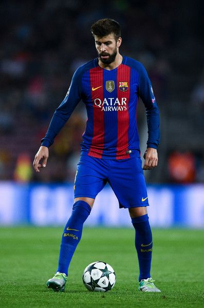 Gerard Pique of FC Barcelona runs with the ball during the UEFA Champions League Group C match between FC Barcelona and Celtic FC at Camp Nou on September 13, 2016 in Barcelona, Catalonia.