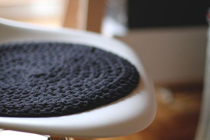 Faire des coussins de chaise pour les chaises de la cuisine en tricot. Voir fil Hooked Zhapetti DMC coloris Marina.