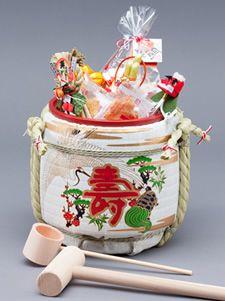 ミニ鏡開きセットには、中に桶が入っています。お酒やジュースだけでなく、お菓子や小さなお酒のビン、入浴剤、お花の種など、いろいろなものが入れることができます。  大切な人へのプレゼントを入れたり、ゲストに配るギフトを入れたり…思い思いのものをミニ鏡開きセットに詰めてください。 http://www.komodaru.co.jp/item/kagami.htm