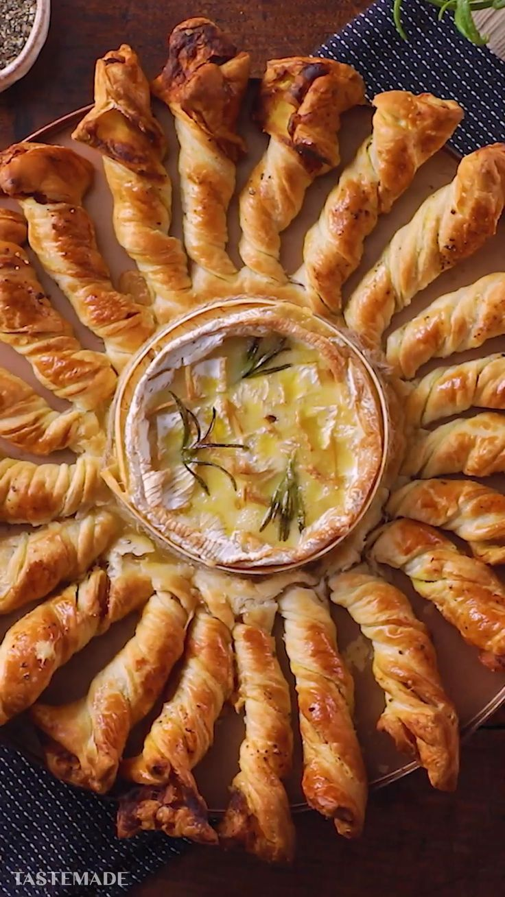 Gebackener Camembert mit Pancetta Breadstick-Drehungen