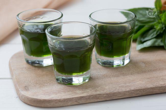 Il liquore al basilico è un liquore da fine pasto aromatico da tenere sempre in dispensa o in frigo pronto per essere servito come digestivo!
