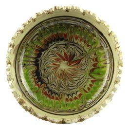 Aceasta scrumiera cu marginile zimtate este pictata in culorile specifice ceramicii smaltuite de Horezu (verde, maro, portocaliu si albastru), cu model geometric in centru.Scrumiera se poate constitui ca un pretios obiect decorativ, insa la fel de bine poate fi utilizata de orice fumator.Fiind un produs lucrat si prelucrat manual, coloritul, modelul, greutatea si chiar si forma pot diferi, aceste aspecte oferind un plus de unicitate. (Ceramic ashtray of Horezu)
