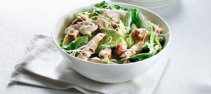 Een lekker recept voor een ceaser maaltijd salade voor de donderdag avond ! 1 gekookt ei Romeinse sla 200 Gr Kip filet 150 Gr 1 eetlepel olijf olie Tomaat 65 Gr Komkommer 50 Gr Zaanse mayonaise 3 eetlepels. 1,5 ansjovis filet Kappertjes20 Gr  Pijnboompitten 15 Gr Parmezaanse kaas 30 Gr  Sap van citroen halve eetlepel 1. Trek de buitenste bladen van de krop en gooi deze weg 2. Snijd de sla in de breedte in repen van ongeveer 1,5 cm 3.snijd de tomaat en komkommer in blokjes kook onder Tussen…