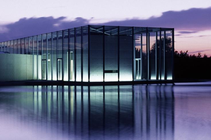 Vor den Toren Düsseldorfs – im Kulturraum Hombroich – hat der japanische Stararchitekt Tadao Ando ein beeindruckendes Architekturerlebnis geschaffen. Das Haus der Langen Foundation ist seit September 2004 nicht nur eine erstklassige Adresse für Ausstellungen, sondern bietet auch ein exklusives Umfeld für Veranstaltungen.    Die Architektur ist ein Meisterwerk aus Glas, Beton und Stahl, in dem die Besucher ein faszinierendes Spiel von Innen und Außen, Kunst und Natur, Licht und Schatten…