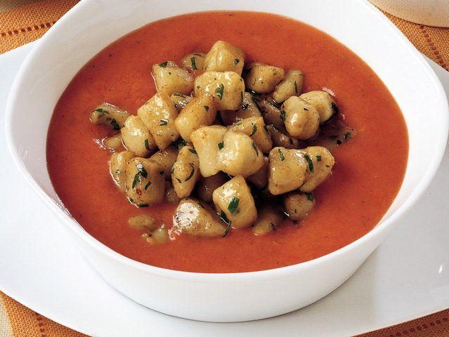 Domates Çorbası ve Porcini Mantarlı Mini Gnocchi'ler  Çorbayı hazırlamak için soğanı ince dilimleyip 6 çorba kaşığı zeytinyağı, sarımsak, doğranmış bir tutam kekik, 1 dal biberiye ve ince doğranmış maydanozla soteleyin ve karışımdan biberiyeyi çıkartın. Kenarları alınıp küp kesilmiş köy ekmeğini, küp doğranmış domatesi, 1 litre sebze suyunu ekledikten sonra 30 dakika pişirin. Bir…