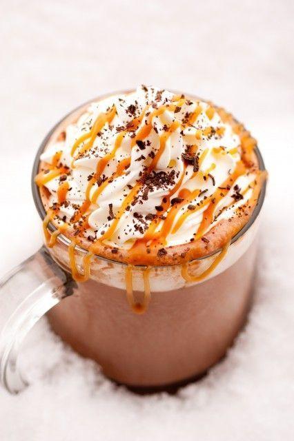 12 heiße Schokoladen, die die Adventszeit verschönern #refinery29  http://www.refinery29.de/2015/11/130908/12-kakaorezepte-mit-denen-das-heissgetraenk-noch-besser-wird#slide-6  Caramel Hot ChocolateBesser als bei Starbucks.Zutaten:480 ml Milch60-120 g Zartbitterschokolade60 ml KaramellsirupZum Servieren:Schlagsahne oder MarshmallowsSchokoladenraspelnZubreitung:</...