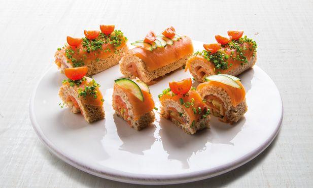 Prepare estas impressionantes tortas de salmão fumado. Estas tortas de salmão fumado são deliciosas, simples e de rápida execução.