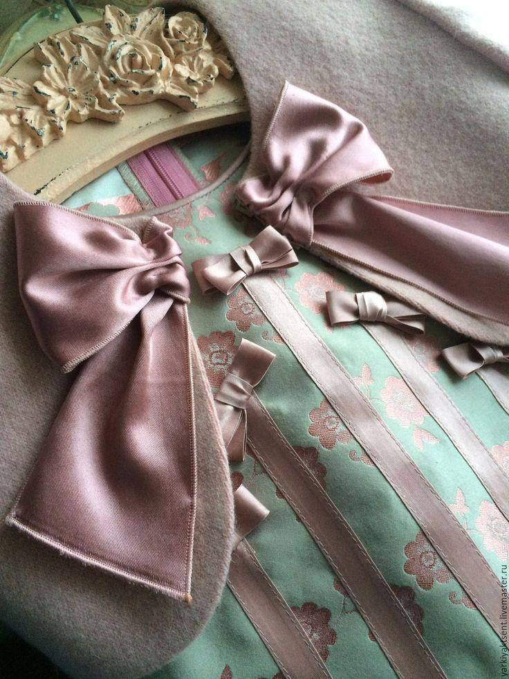 Купить или заказать Платье Нежность акварели 1 в интернет-магазине на Ярмарке Мастеров. Платье- нежное во всех отношениях на девчушку ростом 128-135 см. Лиф, это тончайший трикотаж с кашемиром в два слоя, пышная юбка с заниженной талией из буклированной клетки сложной фактуры. По низу- французское кружево. И главное украшение- это объёмная вышивка-колье с аппликациями кутюрного кружева и стразами Сваровски. Платье, достойно того, чтоб его забрали даже на вырост, так как повторить его не…