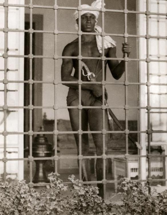 1931年、フランス保護領時代のチュニジア、チュニスで撮影。 武器を携帯し、ハレムの守衛をする黒人宦官。