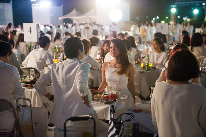 ドレスコード白のシークレット・ディナーパーティー「ディネ・アン・ブラン」   誰に:社員に   何のために:いつもと違う気分でドレスコードに沿った服を着て、一品持ち寄り立食パーティーで交流がうまれる。