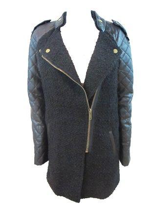 Abrigo Zoes. Biker con magas efecto cuero en contraste. Acabado texturizado en una mezcla de lana. Cierre con cremallera.